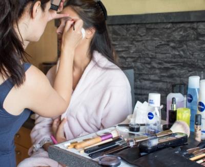 Unsere MakeUp-Artist bei der Arbeit: Schminken für ein Beauty-Shooting