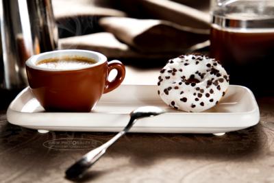 Food-Fotografie: heißer Espresso mit Mini-Vanille-Donut mit Schoko-Splittern